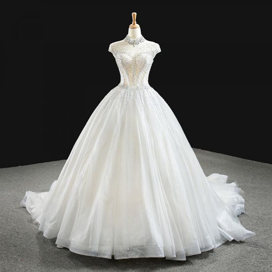 Lyx Vita Brud Bröllopsklänningar 2020 Balklänning Genomskinliga Hög Hals Ärmlös Halterneck Handgjort Beading Glittriga / Glitter Tyll Chapel Train Ruffle