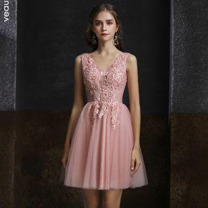 Mode Pearl Rosa Cocktailkleider 2020 A Linie V-Ausschnitt Ärmellos Applikationen Spitze Perlenstickerei Kurze Rüschen Rückenfreies Festliche Kleider