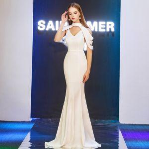 Stylowe / Modne Kość Słoniowa Sukienki Wieczorowe 2019 Syrena / Rozkloszowane V-Szyja Bez Ramiączek Długie Wzburzyć Bez Pleców Sukienki Wizytowe