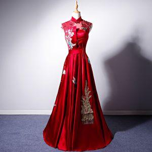 Chinesischer Stil Rot Satin Durchsichtige Abendkleider 2019 A Linie Stehkragen Ärmellos Schleife Stoffgürtel Stickerei Blumen Perle Strass Lange Rüschen Rückenfreies Festliche Kleider