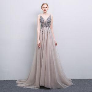 Sexy Grau Handgefertigt Perlenstickerei Abendkleider 2019 A Linie V-Ausschnitt Pailletten Ärmellos Rückenfreies Sweep / Pinsel Zug Festliche Kleider