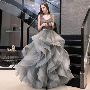 Luxus / Herrlich Grau Ballkleider 2020 Ballkleid V-Ausschnitt Ärmellos Stoffgürtel Perlenstickerei Lange Fallende Rüsche Rückenfreies Festliche Kleider