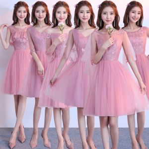 Mooie / Prachtige Candy Roze Bruidsmeisjes Jurken 2018 A lijn Appliques Kant Knielengte Ruche Ruglooze Jurken Voor Bruiloft