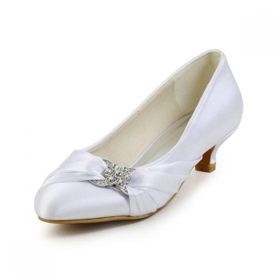 Élégants Accessoires Uniques D'orteil Pointu Volants En Satin Blanc Petit Talon Chaussures De Mariée