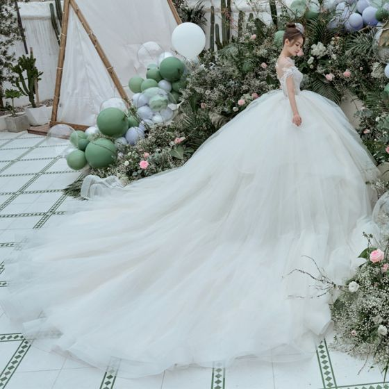 Magnífico Blanco Vestidos De Novia Ball Gown 2021 Scoop Escote Rebordear Perla Manga Corta Sin Espalda Royal Train Boda