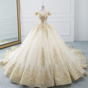 Luxus / Herrlich Champagner Brautkleider / Hochzeitskleider 2019 A Linie Off Shoulder Kurze Ärmel Rückenfreies Gold Applikationen Spitze Perlenstickerei Kathedrale Schleppe Rüschen