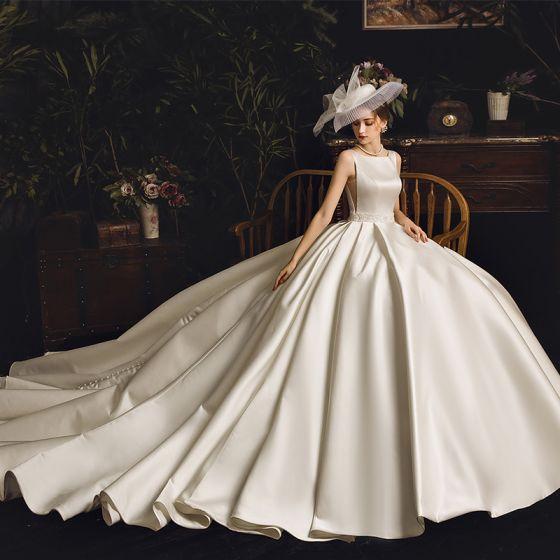 Vintage Ivory / Creme Satin Brautkleider / Hochzeitskleider 2019 A Linie Eckiger Ausschnitt Ärmellos Perlenstickerei Stoffgürtel Kapelle-Schleppe Rüschen