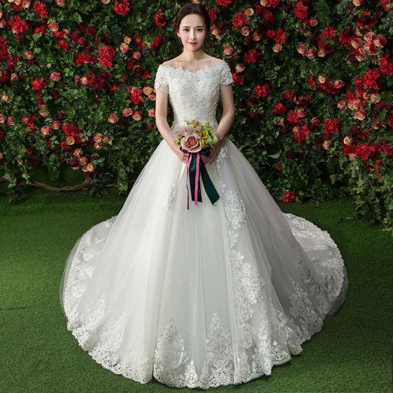 Eleganta Vit Bröllopsklänningar Av Axeln 2017 Balklänning Spets Blomma Beading Pärla Korta ärm Royal Train