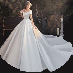 Eenvoudige Witte Satijn Bruids Trouwjurken 2020 Baljurk Vierkante Halslijn Korte Mouwen Ruglooze Cathedral Train Ruche