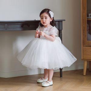 Élégant Blanche Transparentes Mariage Robe Ceremonie Fille 2020 Princesse Encolure Dégagée Gonflée Manches Courtes Perlage Noeud Courte Robe Pour Mariage
