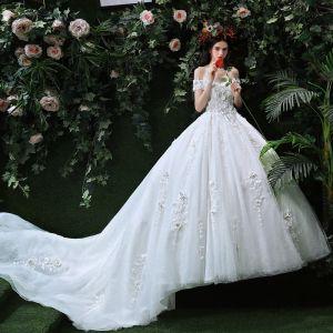 Atemberaubend Weiß Brautkleider 2018 Ballkleid Off Shoulder Kurze Ärmel Rückenfreies Mit Spitze Applikationen Blumen Rüschen Königliche Schleppe