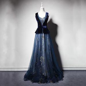 Eleganckie Granatowe Zamszowe Sukienki Wieczorowe 2019 Princessa Przezroczyste Głęboki V-Szyja Bez Rękawów Szarfa Haftowane Długie Wzburzyć Sukienki Wizytowe