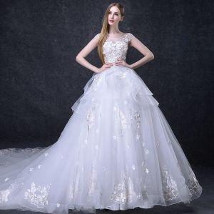 Elegante Weiß Brautkleider 2018 Ballkleid Perlenstickerei Applikationen Schleife Rundhalsausschnitt Rückenfreies Ärmellos Kathedrale Schleppe Hochzeit