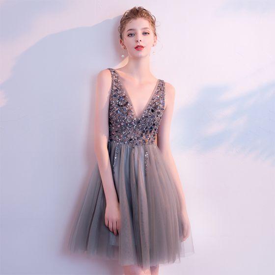 Seksowne Szary Sukienki Koktajlowe 2018 Princessa V-Szyja Bez Rękawów Frezowanie Cekiny Krótkie Wzburzyć Bez Pleców Sukienki Wizytowe