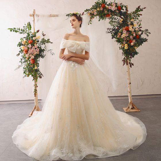 Elegante Champagner Brautkleider / Hochzeitskleider 2020 A Linie Off Shoulder Schleife Spitze Blumen Applikationen Kurze Ärmel Rückenfreies Kathedrale Schleppe