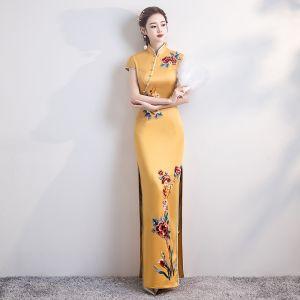 Chinesischer Stil Gelb Satin Cheongsam 2020 Meerjungfrau Stehkragen Kurze Ärmel Applikationen Stickerei Gespaltete Front Lange Festliche Kleider