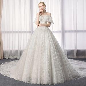 Charmant Ivory / Creme Brautkleider / Hochzeitskleider 2019 A Linie Off Shoulder Spitze Blumen Kurze Ärmel Rückenfreies Kathedrale Schleppe