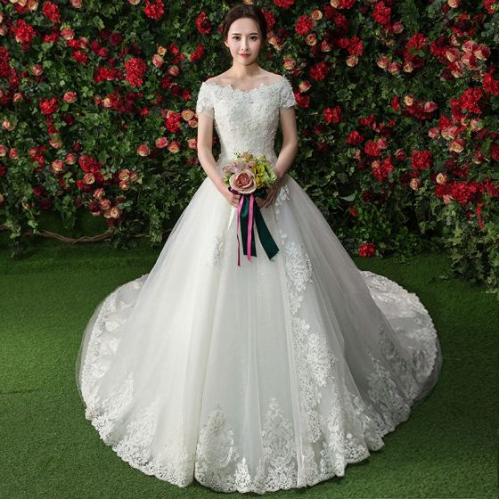 Eleganckie Białe Suknie Ślubne Przy Ramieniu 2017 Suknia Balowa Koronkowe Kwiat Frezowanie Perła Kótkie Rękawy Trenem Królewski