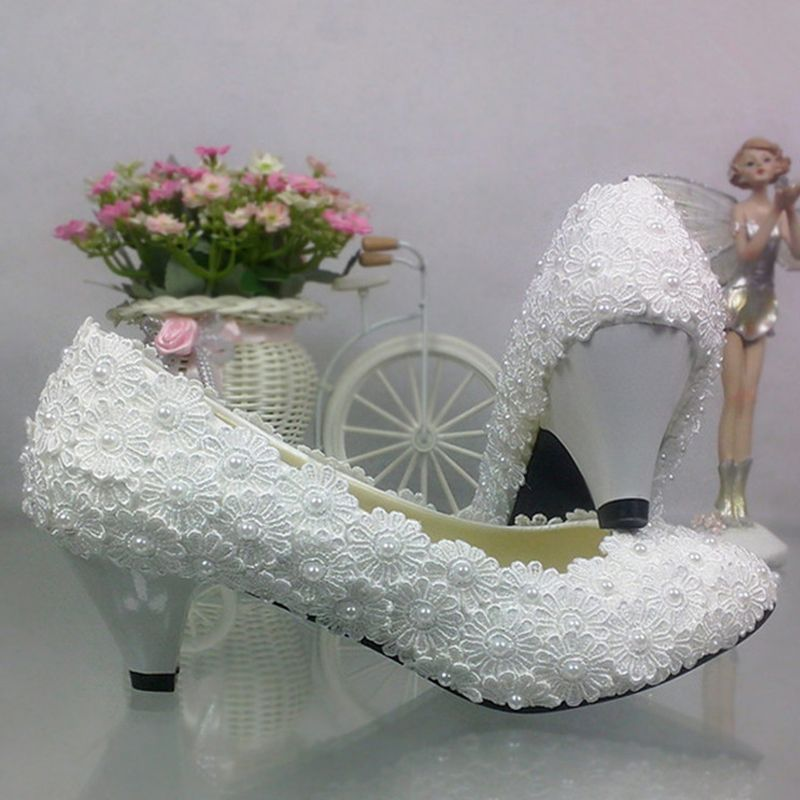 Chic / Beautiful 2017 3 cm White Casual Church Lace PU Appliques Pearl Low Heels / Kitten Heels Thick Heels Sandals Wedding Shoes