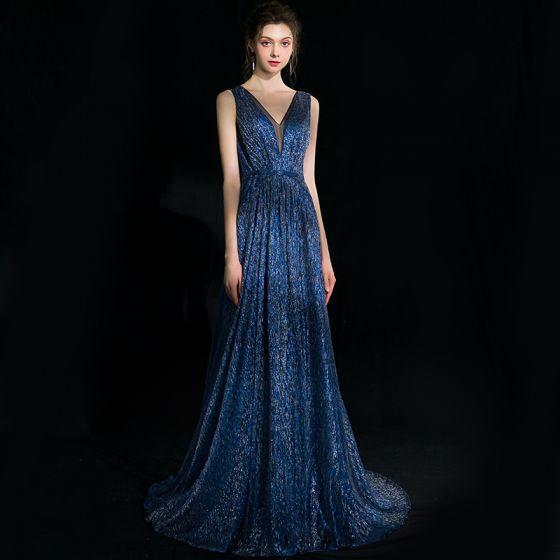 Elegante Marineblau Abendkleider 2018 A Linie Glanz V-Ausschnitt Rückenfreies Ärmellos Sweep / Pinsel Zug Festliche Kleider