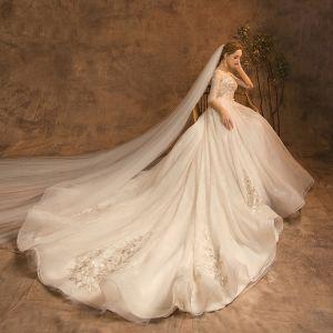 Charmant Champagner Brautkleider / Hochzeitskleider 2019 A Linie Rundhalsausschnitt Perlenstickerei Spitze Blumen Pailletten 3/4 Ärmel Rückenfreies Kathedrale Schleppe Hochzeit