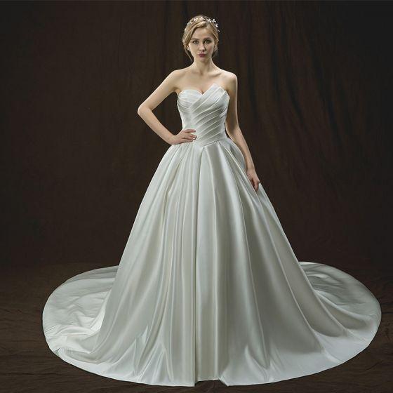Enkla Elfenben Bröllopsklänningar 2018 Prinsessa Unika Älskling Ärmlös Halterneck Cathedral Train Ruffle