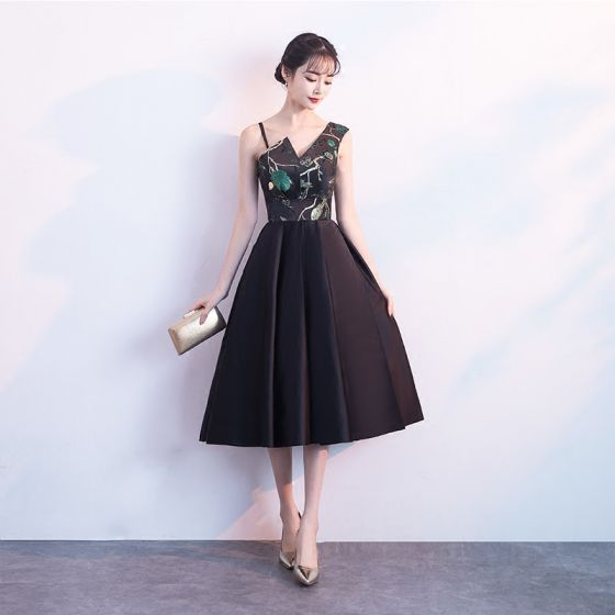 Modern / Fashion Black Homecoming Graduation Dresses 2018 A-Line / Princess Amazing / Unique V-Neck Sleeveless Embroidered Tea-length Ruffle Backless Formal Dresses