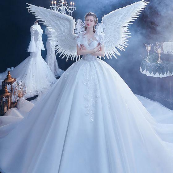 Étourdissant Blanche Transparentes Robe De Mariée 2020 Robe Boule Encolure Dégagée Manches Courtes Dos Nu Appliques En Dentelle Perlage Cathedral Train Volants