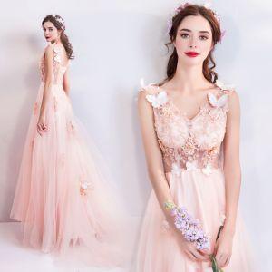 Romantisch Pearl Rosa Abendkleider 2019 A Linie V-Ausschnitt Ärmellos Schmetterling Applikationen Spitze Perle Perlenstickerei Hof-Schleppe Rüschen Rückenfreies Festliche Kleider