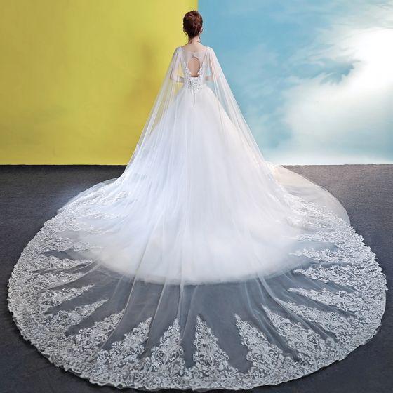 Snygga / Fina Kyrka Bröllopsklänningar 2017 Vit Balklänning Cathedral Train Urringning Halterneck Ärmlös Beading Spets Appliqués