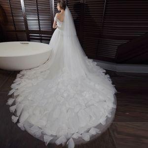 Piękne Sala Suknie Ślubne 2017 Białe Suknia Balowa Trenem Katedra Bez Rękawów Plecy Aplikacje Bez Pleców Pióro Kwiat