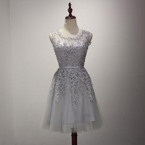 Modern / Fashion Grey Homecoming Graduation Dresses 2017 Cascading Ruffles Short A-Line / Princess Scoop Neck Sleeveless Backless Pearl Lace Appliques Sash Pierced Formal Dresses