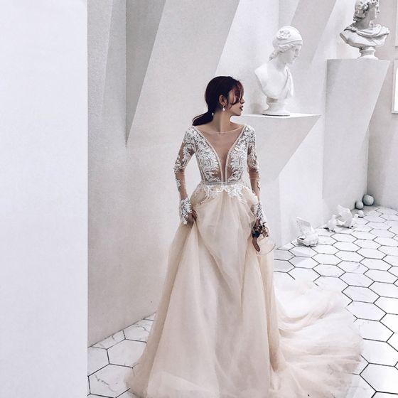 Illusion Champagner Durchsichtige Brautkleider / Hochzeitskleider 2019 A Linie Tiefer V-Ausschnitt Lange Ärmel Applikationen Spitze Perlenstickerei Kathedrale Schleppe Rüschen