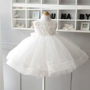 Piękne Kość Słoniowa Sukienki Dla Dziewczynek 2020 Suknia Balowa Wycięciem Bez Rękawów Aplikacje Z Koronki Kokarda Krótkie Wzburzyć Sukienki Na Wesele