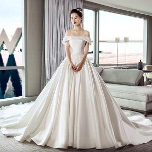 Schlicht Ivory / Creme Brautkleider / Hochzeitskleider 2019 A Linie Off Shoulder Kurze Ärmel Rückenfreies Kathedrale Schleppe Rüschen
