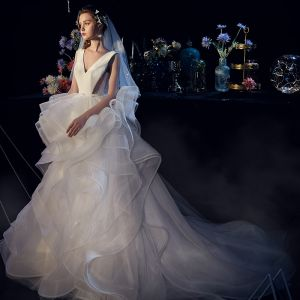 Charmant Ivory / Creme Brautkleider / Hochzeitskleider 2019 Ballkleid V-Ausschnitt Pailletten Fallende Rüsche Ärmellos Rückenfreies Hof-Schleppe