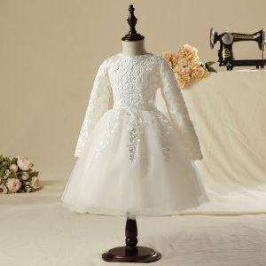 Simple Église Robe Pour Mariage 2017 Robe Ceremonie Fille Blanche Mi-Longues Robe Boule Encolure Dégagée Manches Longues En Dentelle Appliques
