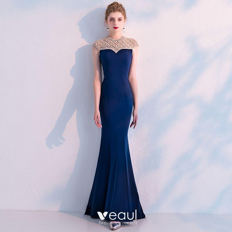 30c2fb0b6c Ciemniejsza suknia wieczorowa odzwierciedla spokojną atmosferę nocy. Dobra  wieczorowa suknia powinna być płynna i jedwabista.