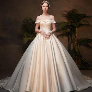 Vintage Ivory / Creme Satin Winter Brautkleider / Hochzeitskleider 2019 Ballkleid Off Shoulder Kurze Ärmel Rückenfreies Schleife Kathedrale Schleppe Rüschen