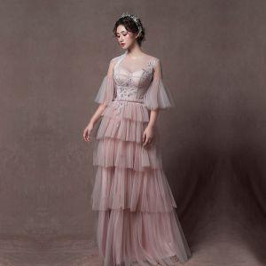 Stylowe / Modne Różowy Perłowy Przezroczyste Sukienki Wieczorowe 2019 Princessa Wycięciem Rękawy z dzwoneczkami Aplikacje Z Koronki Frezowanie Długie Kaskadowe Falbany Bez Pleców Sukienki Wizytowe