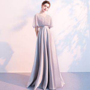 Atemberaubend Grau Abendkleider Mit Schal 2018 Empire V-Ausschnitt Perlenstickerei Lange Rüschen Rückenfreies Festliche Kleider