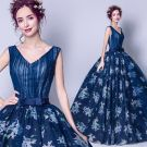 Chic / Beautiful Navy Blue Prom Dresses 2018 Ball Gown V-Neck Sleeveless Pearl Bow Sash Printing Floor-Length / Long Ruffle Backless Formal Dresses