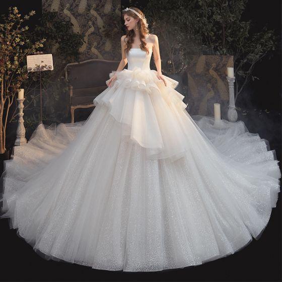 Luxus / Herrlich Champagner Hochzeits Brautkleider / Hochzeitskleider 2020 Ballkleid Bandeau Ärmellos Rückenfreies Glanz Tülle Kathedrale Schleppe Rüschen