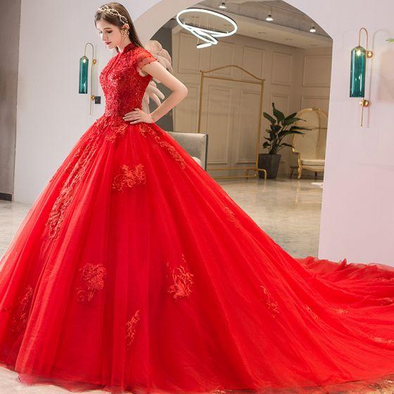 Style Chinois Rouge Robe De Mariée 2019 Robe Boule Col Haut Perlage Cristal En Dentelle Fleur Paillettes Manches Courtes Dos Nu Cathedral Train