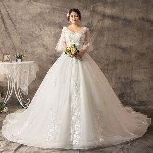 Schöne Weiß Übergröße Ballkleid Brautkleider / Hochzeitskleider 2019 V-Ausschnitt Spitze Tülle Handgefertigt Kapelle-Schleppe Hochzeit