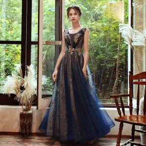 Elegante Marineblau Abendkleider 2020 A Linie Durchsichtige Tiefer V-Ausschnitt Ärmellos Applikationen Spitze Perlenstickerei Glanz Tülle Lange Rüschen Rückenfreies Festliche Kleider