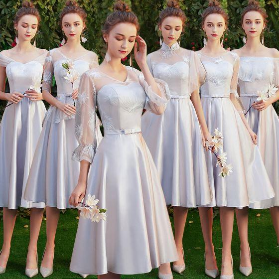 Asequible Gris Satén Transparentes Vestidos De Damas De Honor 2019 A-Line / Princess Apliques Con Encaje Bowknot Cinturón Cortos Ruffle Sin Espalda Vestidos para bodas