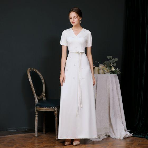 Schlicht Weiß Abendkleider 2020 A Linie V-Ausschnitt Kurze Ärmel Perlenstickerei Perle Stoffgürtel Lange Rüschen Festliche Kleider