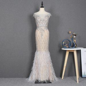 Illusion Champagne Genomskinliga Röda mattan Aftonklänningar 2020 Trumpet / Sjöjungfru Urringning Ärmlös Beading Rhinestone Fjäder Svep Tåg Ruffle Formella Klänningar