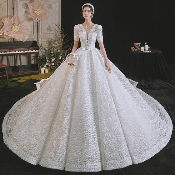 Luxe Blanche Robe De Mariée 2021 Robe Boule Encolure Dégagée Perlage Perle Faux Diamant Noeud Manches Courtes Dos Nu Royal Train Mariage